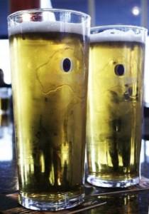 Pintes de bière Fosters (Crédits : Octave.H , licence Creative Commons)