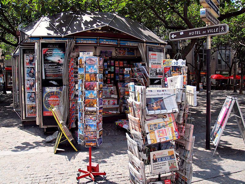Kiosque à journaux à Paris (Crédits : zoetnet, Creative Commons)
