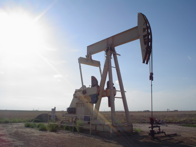 Puit de pétrole (Crédits : Flcelloguy, GFDL)