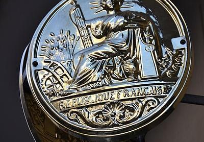 Insigne de notaire à Paris (Crédits : Utr dragon, Creative Commons)