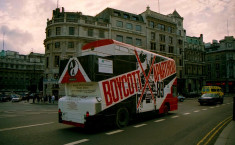 Bus britannique avec un message demandant la fin de l'apartheid, à Londres, en 1989