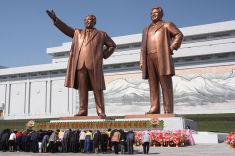 Statues de Kim Il Sung & Kim Jong Il à Pyongyang, Corée du Nord (Crédits J.A. de Roo, licence Creative Commons)
