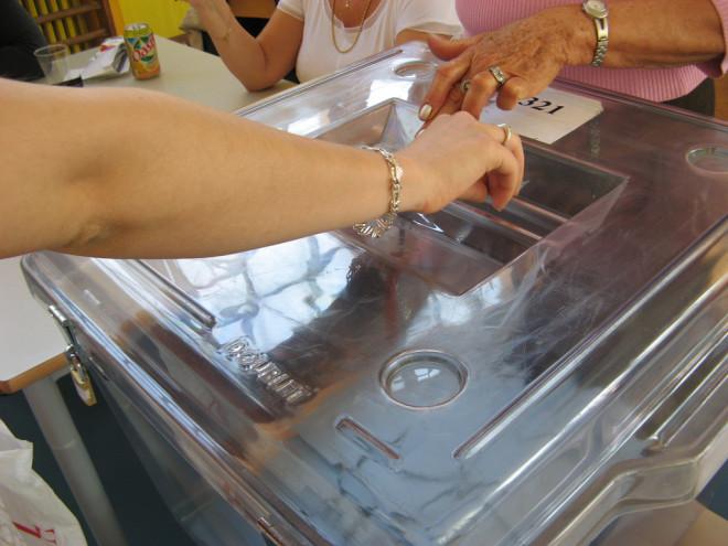 Vote élections urne (Crédits JaHoVil, licence Creative Commons)