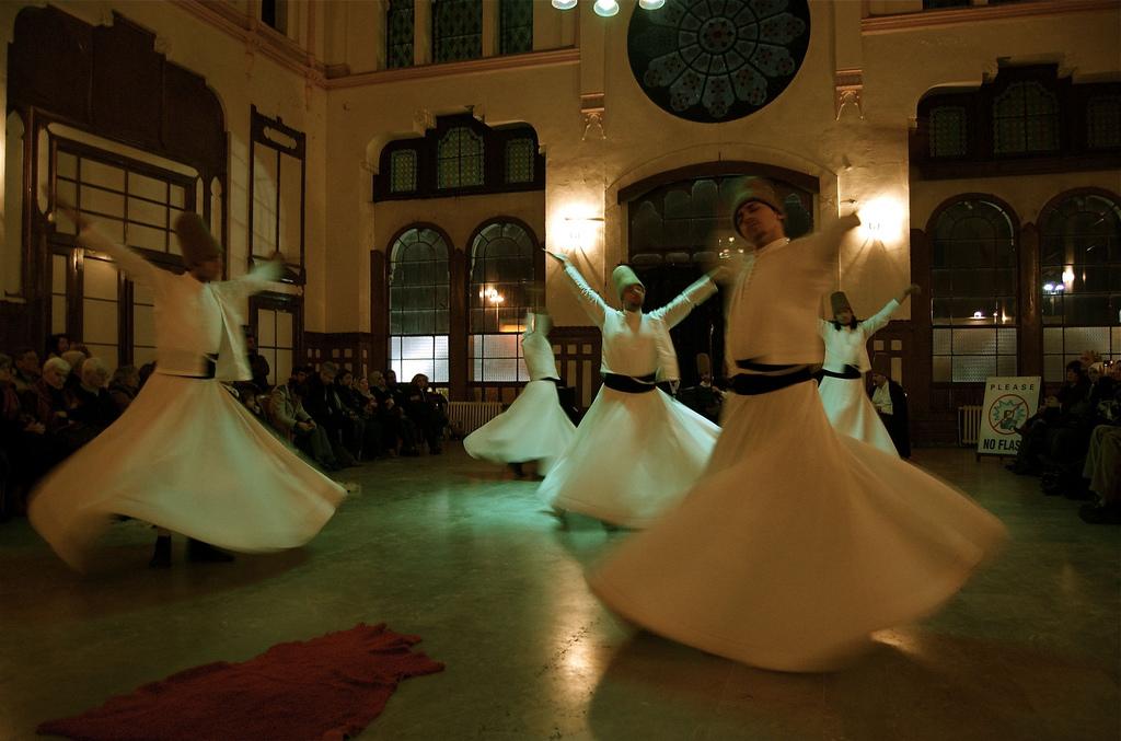 Derviches tourneurs soufis (Crédits Carlos Rivera, licence Creative Commons)