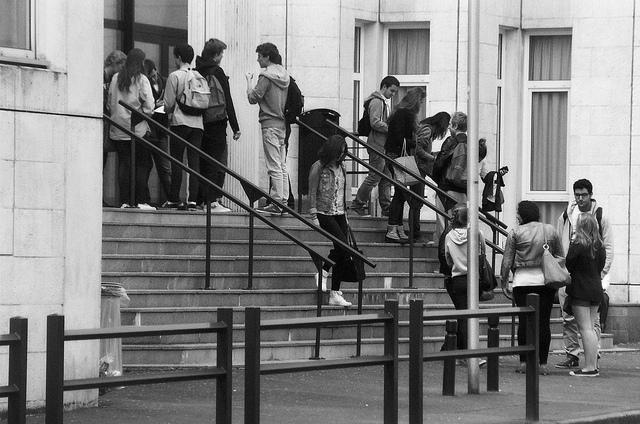 Élèves sortant des épreuves du baccalauréat au Lycée Charles de Gaulle à Caen (Crédits Valenting Mangnan, licence Creative Commons)