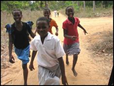 Jeunes filles au Kénya (Crédits abbesses, licence Creative Commons)