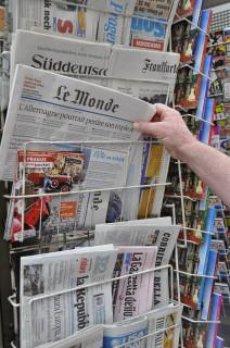 KIosque à journaux avec Le Monde (Crédits : MPhotographe, licence CC-BY-NC-ND 2.0), via Flickr.