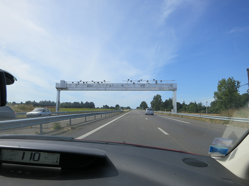 Portique écotaxe sur une autoroute française (Crédits : Murielle29, licence Creative Commons)