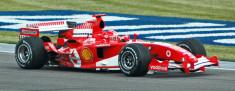 Michael Schumacher au volant d'une formule 1 Ferrari en 2005 (Crédits : Rdsmith4, licence Creative Commons)