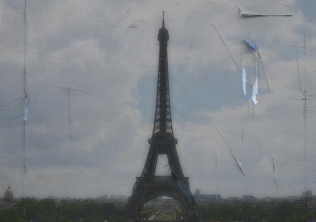 Tour Eiffel triste (Crédits : Nebojsa Mladjenovic, licence CC-BY-NC-ND 2.0)