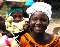 Petite marchande en Côte d'Ivoire (Afrique) (Crédits : Kate Fisher/BBC World Service, licence BY-NC 2.0), via Flickr.