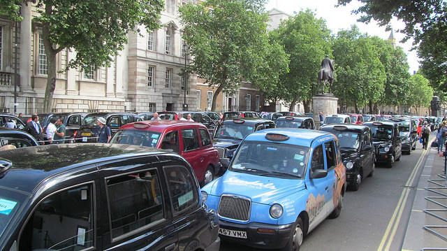 Manifestation des taxis contre Uber à Londres (Crédits : David Holt, licence CC-BY-SA 2.0), via Flickr.