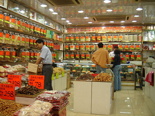 Traditional Chinese medicine shop in Tsim Sha Tsui, Kowloon, Hong Kong. Médecine traditionnelle chinoise (wimedia commons)