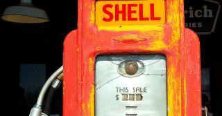 Pourquoi les prix à la pompe baissent, mais pas tant que ça