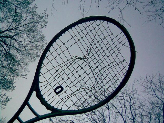 raquette cassée credits derek ar (licence creative commons)