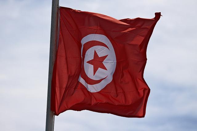 Drapeau Tunisie (Crédits Gwenael Piaser, licence CC-BY-SA 2.0), via Flickr.