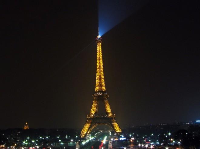 Paris la nuit - tour eiffel (Crédits : Gustavo Fernando Durán, licence Creative Commons)