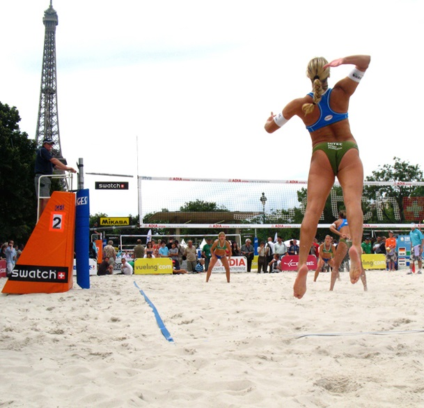 Beach volley au pied de la Tour Eiffel - Credits Miroir (CC BY-NC-ND 2.0)