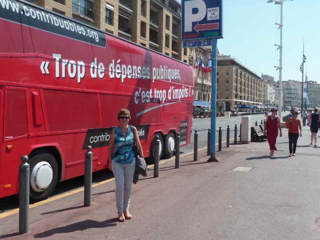 Bus rouge de Contribuables Associés (tous droits réservés)