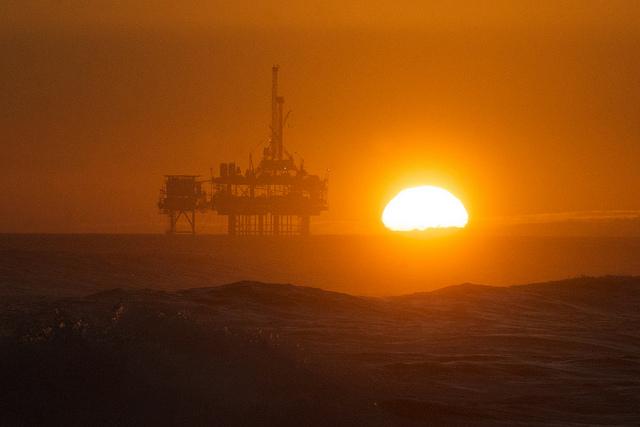 Plateforme pétrolière en Californie (Crédits : Pete Markham, licence CC-BY-SA 2.0), via Flickr.