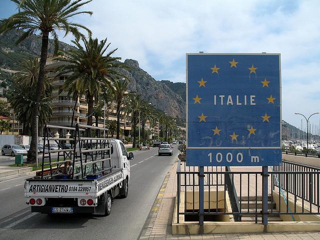 Panneau indiquant que l'Italie est à 1km (Menton) credits MPD01605 via Flickr ((CC BY-SA 2.0))