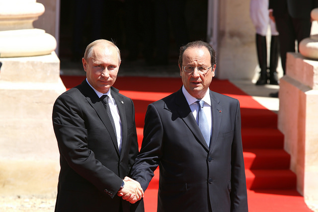 Vladimir Poutine et François Hollande lors de la commémoration du 70e anniversaire de la libération de la France (6 juin 2014) - Crédits : France Diplomatie via Flickr (CC BY-NC-SA 2.0