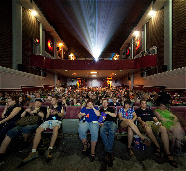 movie crowd credits Sam Javanrouh licence (CC BY-NC 2.0) ), via Flickr.