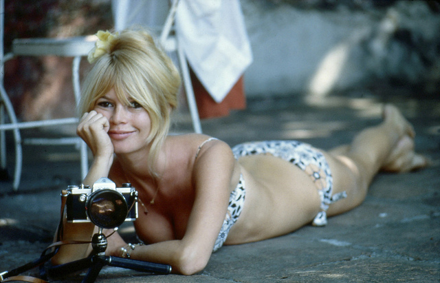 BRIGITTE BARDOT AU MEXIQUE POUR LE TOURNAGE DU FILM VIVA MARIA DE LOUIS MALLE credits James Joel via Flickr,  (CC BY-ND 2.0) )