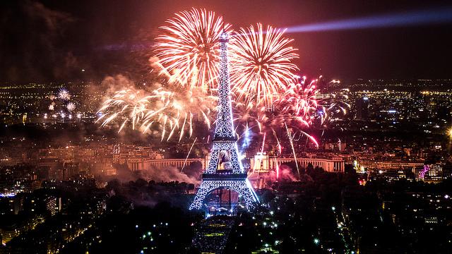 Feu d'artifice du 14 juillet 2013 sur le sites de la Tour Eiffel et du Trocadéro à Paris vu de la Tour Montparnasse - Yann Caradec (CC BY-SA 2.0)
