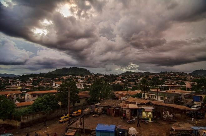 Vue de Yaounde, capitale du Cameroun (Crédits Ludwig Tröller, licence CC-BY-NC 2.0), via Flickr.