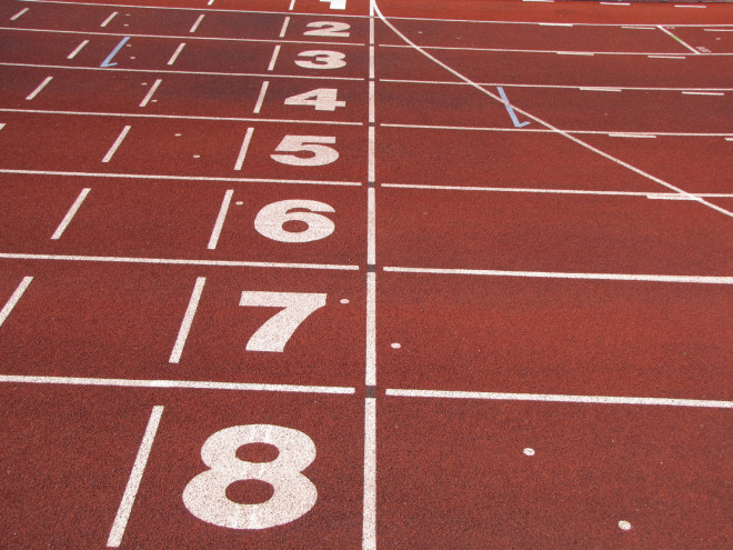 https://fr.wikipedia.org/wiki/Piste_d'athl%C3%A9tisme#/media/File:Athletics_tracks_finish_line.jpg