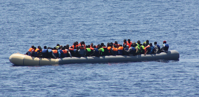 Migrants secourus par un bateau des Irish Defence Forces le 19 juillet 2015 (Crédits : Irish Defence Forces, licence CC-BY 2.0), via Flickr.