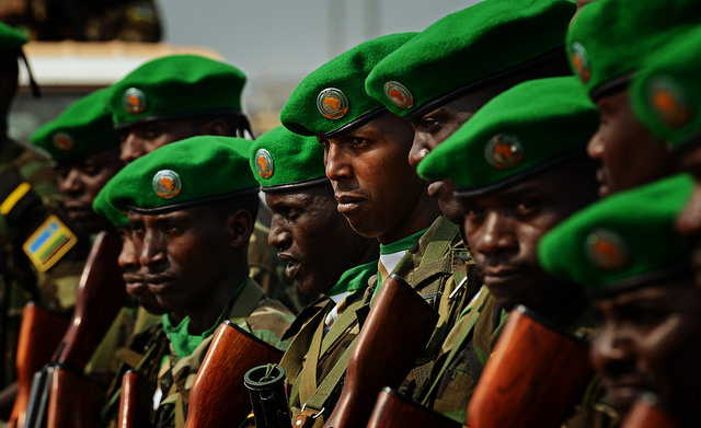 Soldats rwandais (Crédits US Air Force, licence CC-BY-NC 2.0), via Flickr.