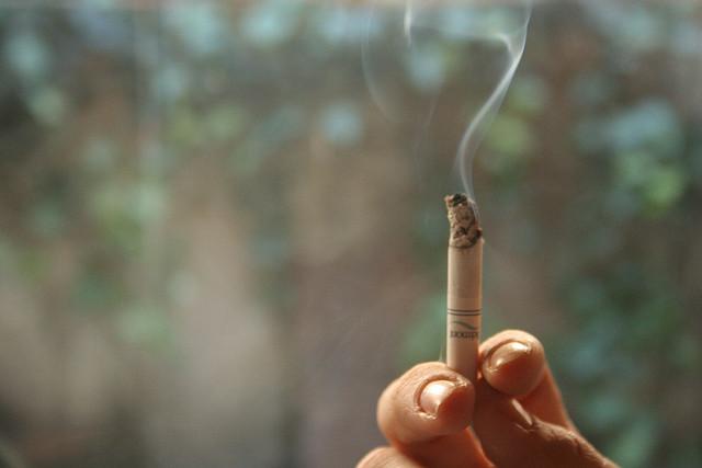 fumée de cigarette-_P_ nos belmont(CC BY-NC-ND 2.0)