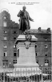 Monument Godin devant le Palais social à Guise, carte postale, coll. partic.