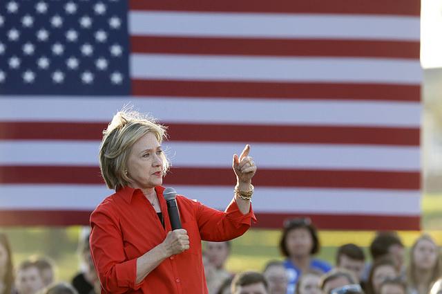 Hillary Clinton en campagne pour les primaires démocrates de 2016 (Crédits : Peter Stevens, licence CC-BY 2.0), via Flickr.
