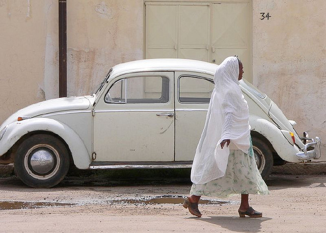 Femme dans une ville d'Erythrée (Crédits Fever-free, licence CC-BY-NC 2.0), via Flickr.