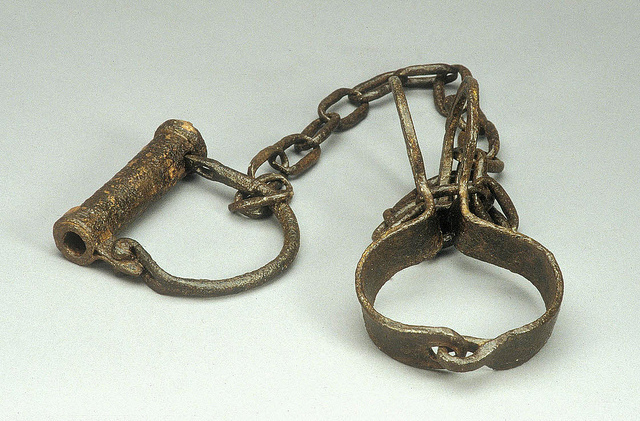 slave shackles credits National museum of America (CC BY-NC 2.0)