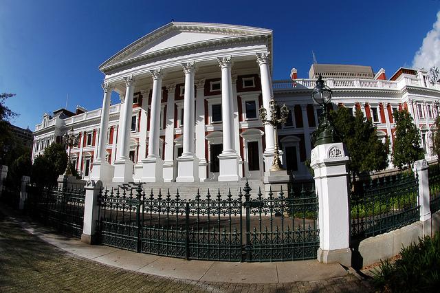 Bâtiment gouvernemental à Cape Town, Afrique du Sud (Crédits : Crystian Cruz, licence CC-BY-ND 2.0), via Flickr.