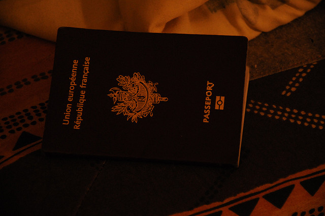 Passeport français (Crédits : Steven Jambot, licence CC-BY-NC-SA 2.0), via Flickr.