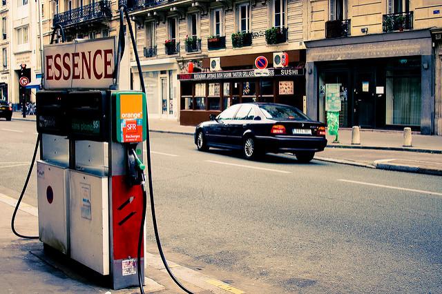 Des pompes à essence à Paris. Sur le long terme le prix de l'essence en France baisse