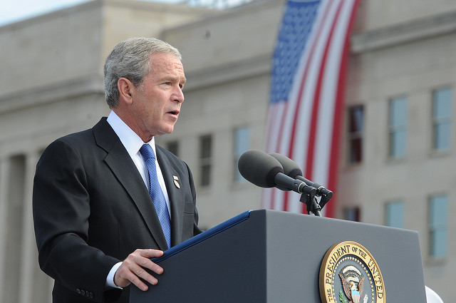 President GW Bush visits Pentagon crédits US army (CC BY 2.0)