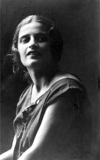 Ayn Rand en 1925, photo de son passeport soviétique