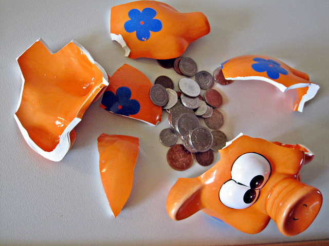 Images Money-broken piggy bank(CC BY 2.0)