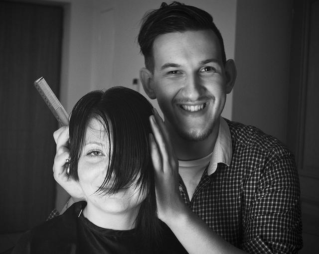 Un coiffeur et son modèle
