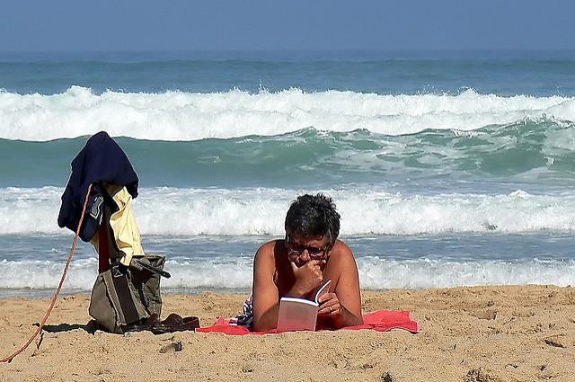 Lire Tocqueville sur la plage by Christine Vaufrey(CC BY-NC 2.0)